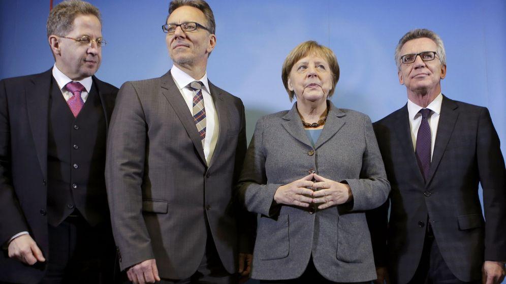 Foto: Maassen, a la izquierda, junto a Merkel, en un encuentro con el responsable de la policía federal alemana. (Reuters)