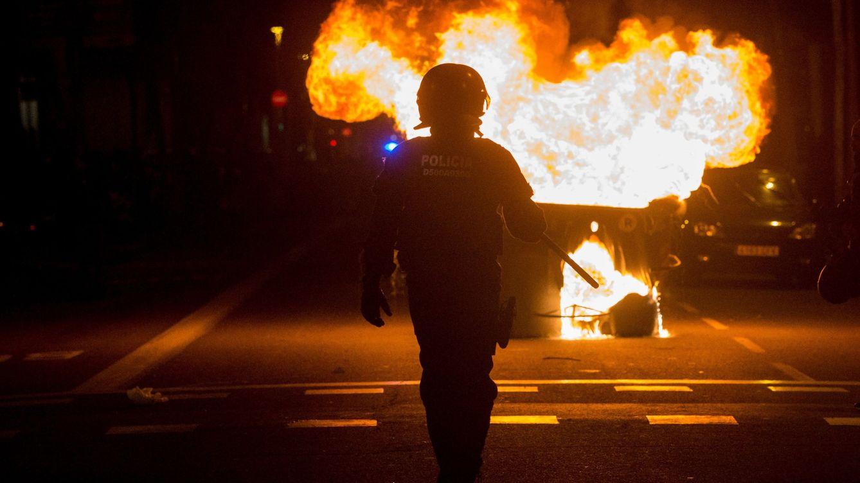 Foto: Durante los altercados varios manifestantes han quemado contenedores. (EFE)