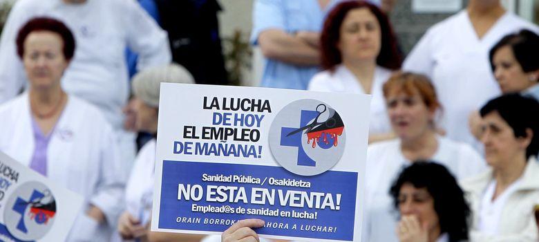 Foto: Concentración de trabajadores del hospital de San Sebastián (EFE)