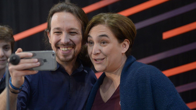 Ada Colau y Pablo Iglesias haciéndose un 'selfie', en una foto de archivo. (Gtres)