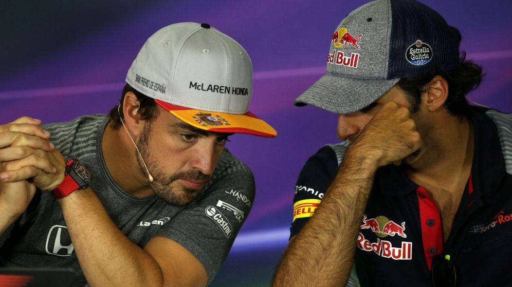 Foto: Fernando Alonso y Carlos Sainz charlan en la rueda de prensa del GP de España. (EFE)