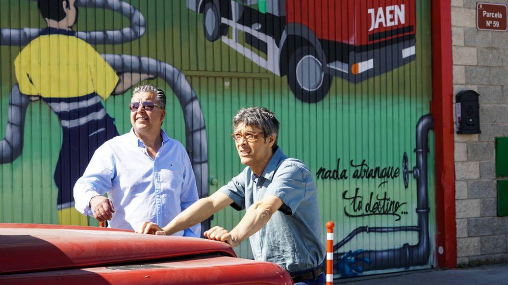Foto: Jesús Sonera y Jorge M. Herculano posan en la puerta del taller. (M. Mcloughlin)