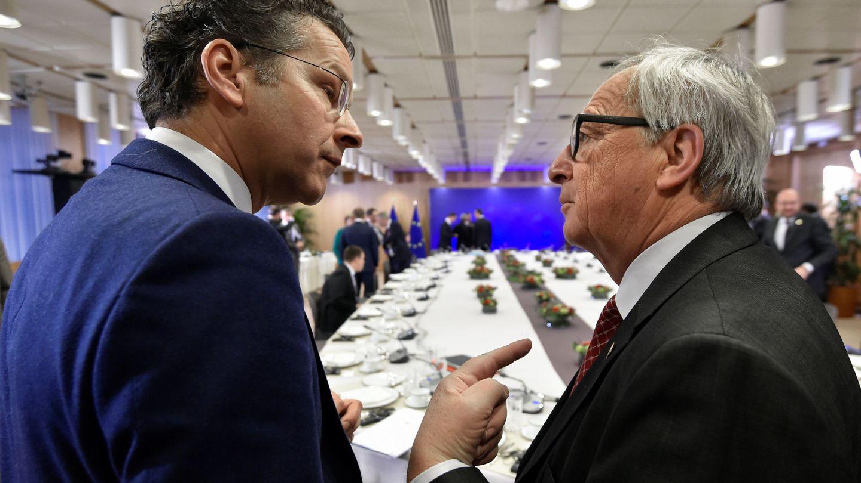 El presidente del Eurogupo Jeroen Dijsselbloem y el presidente de la Comisión Europea Jean-Claude Juncker, durante la cumbre de la UE hoy en Bruselas. (Reuters)
