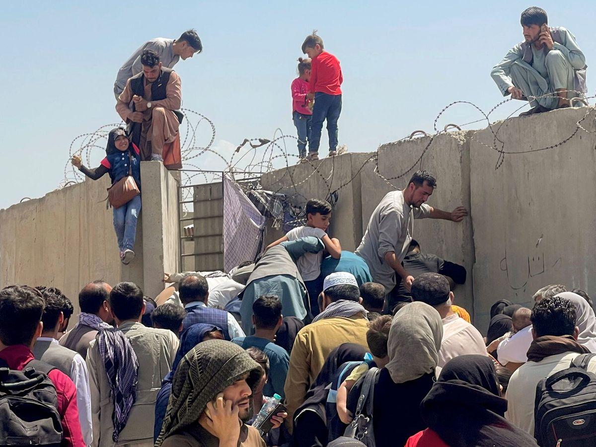 Foto: Miles de personas tratan de acceder al aeropuerto internacional Hamid Karzai de Kabul para escapar del país (Reuters)