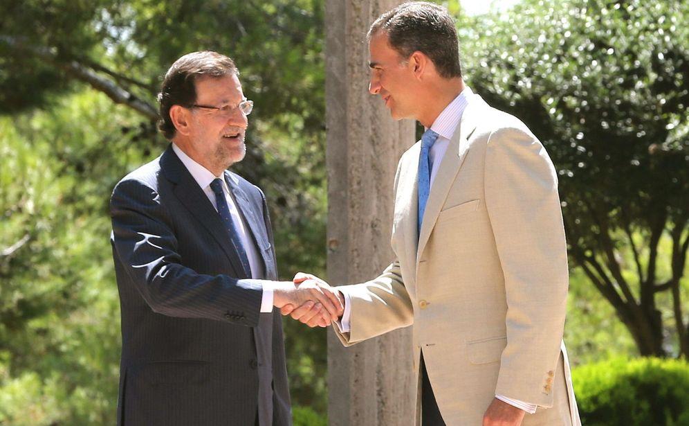 Foto: Mariano Rajoy y el rey Felipe VI se saludan en los jardines de Marivent. (EFE)