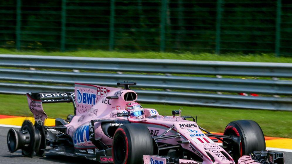 Foto: Pérez, con el neumático pinchado tras el accidente. (EFE)