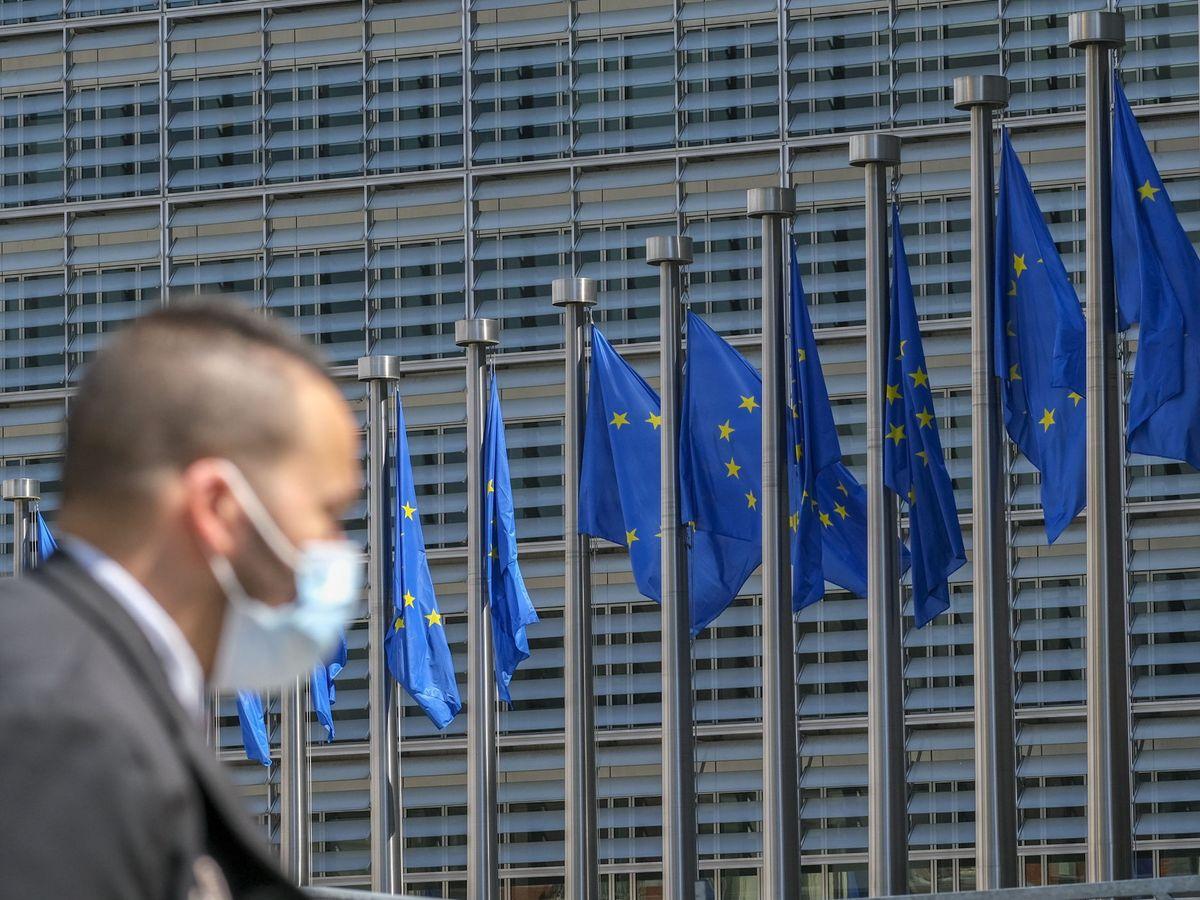 Foto: Una persona pasa frente a la entrada de la Comisión Europea. (EFE)