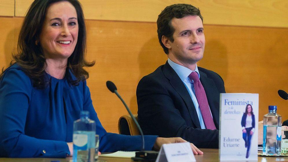 Foto: Edurne Uriarte y Pablo Casado durante la presentación de su libro. (EFE)