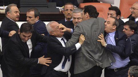 Cuando los políticos se pelean... literalmente