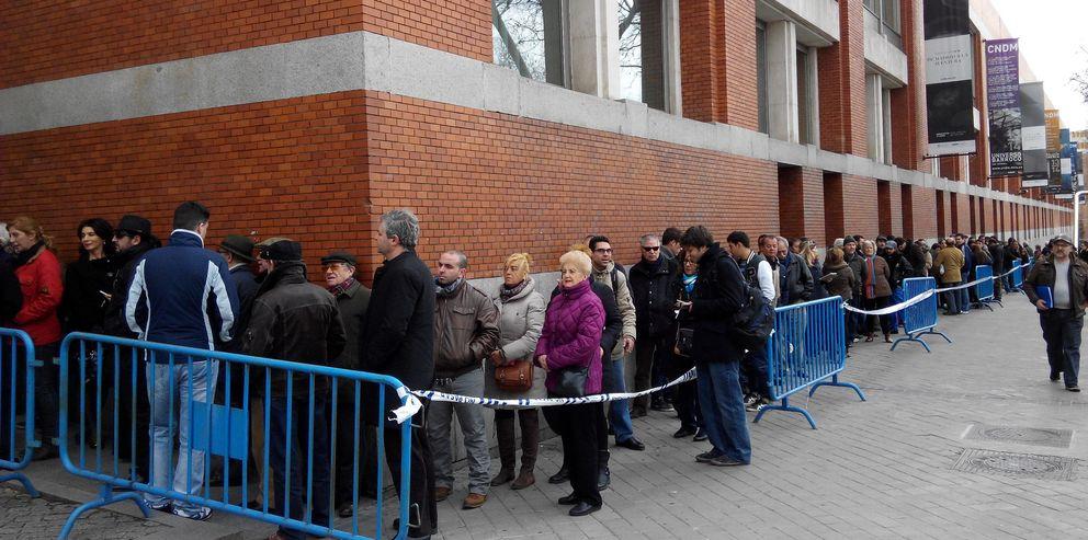 Cientos de personas esperan para entrar en el Auditorio Nacional (J.Z)