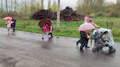 Un kilómetro a pie por una carretera sin arcén para ir al colegio