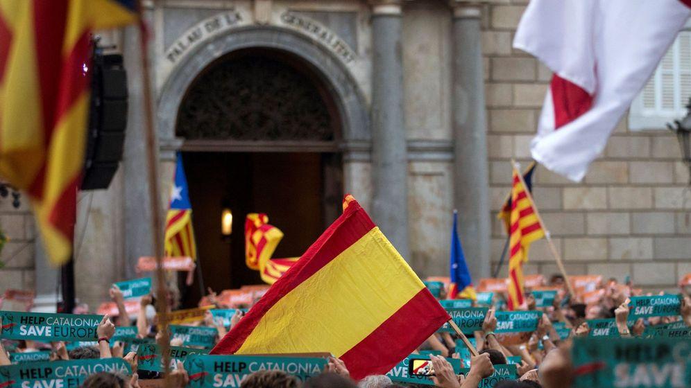 Foto: Una bandera española se mezcla con independentistas concentrados el pasado octubre en la Plaza Sant Jaume de Barcelona. (EFE)