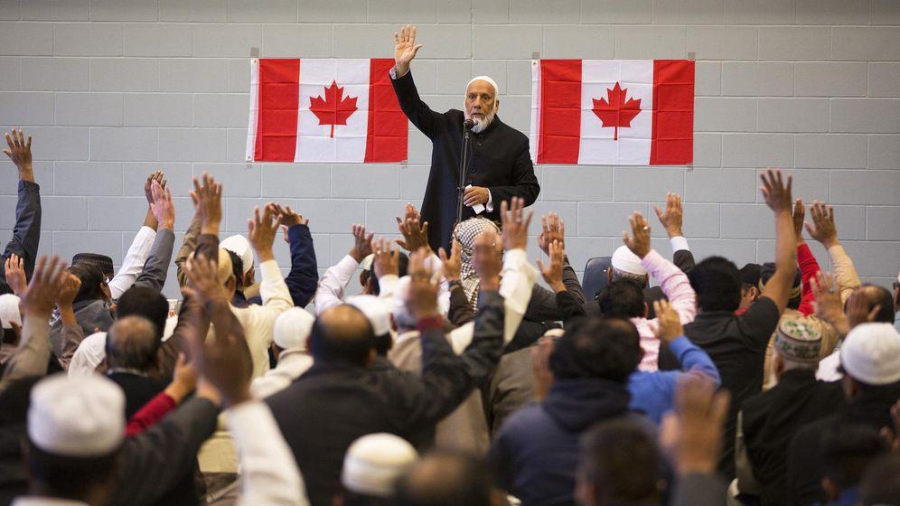 Foto: Un imán dirige una ceremonia musulmana para protestar por un atentado contra soldados canadienses, en Alberta, octubre de 2014 (Reuters)