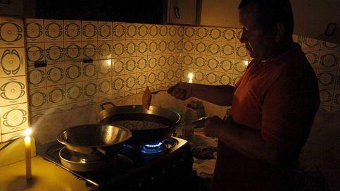 Velas para cocinar, saqueos en tiendas e incendios durante los cortes de luz en Venezuela