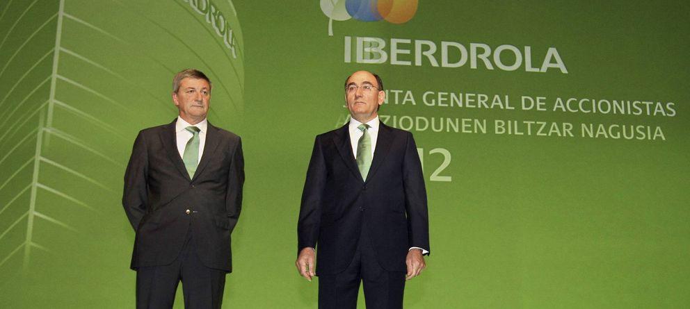 Foto: El presidente de Iberdrola, Ignacio Sánchez Galán (d), acompañado por el director general de la compañía, José Luis San Pedro (Efe)