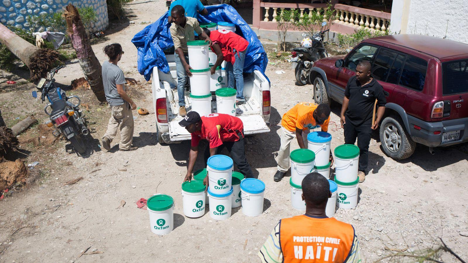 Foto: Miembros del equipo de emergencias de Oxfam entregan kits de higiene para evitar la propagación del cólera en la localidad de Camp Perrin, en el departamento del Sur (Haití). (EFE)