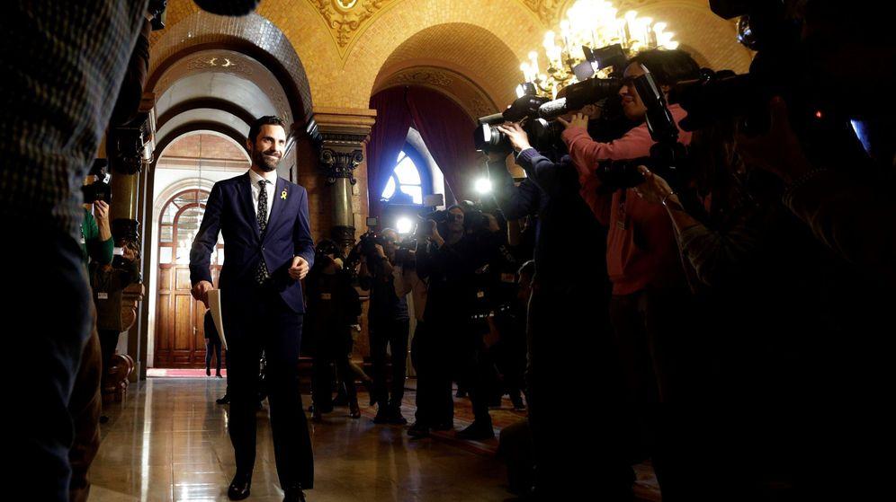 Foto: El nuevo presidente del Parlament, Roger Torrent, a su llegada a la primera reunión de la Mesa de la Cámara catalana de la XII legislatura. (EFE)