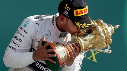 Hamilton ganó bajo una lluvia que permitió a Alonso sumar un punto