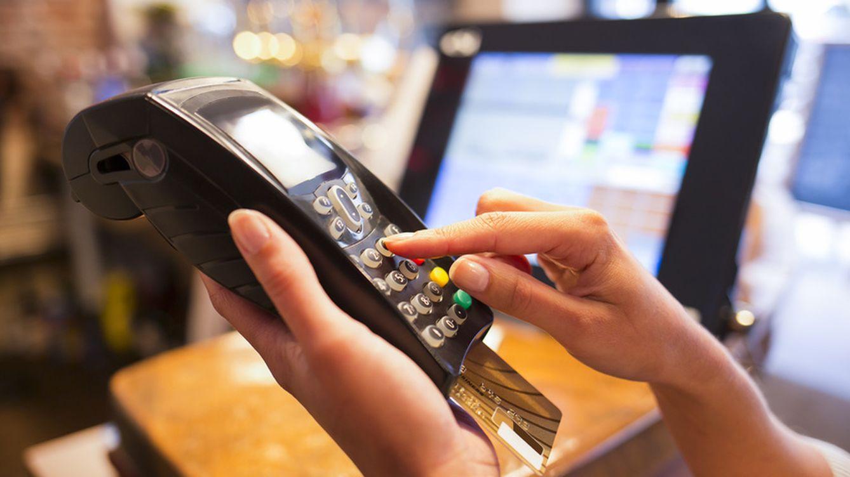 Los hogares tiran de tarjeta y el dinero en efectivo cae a niveles de 2004