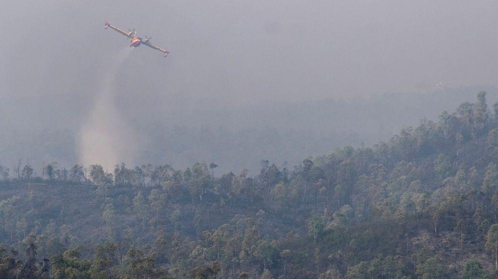 Foto: Foto de archivo de una aeronave del ministerio de Agricultura descargando agua sobre un incendio. (EFE)