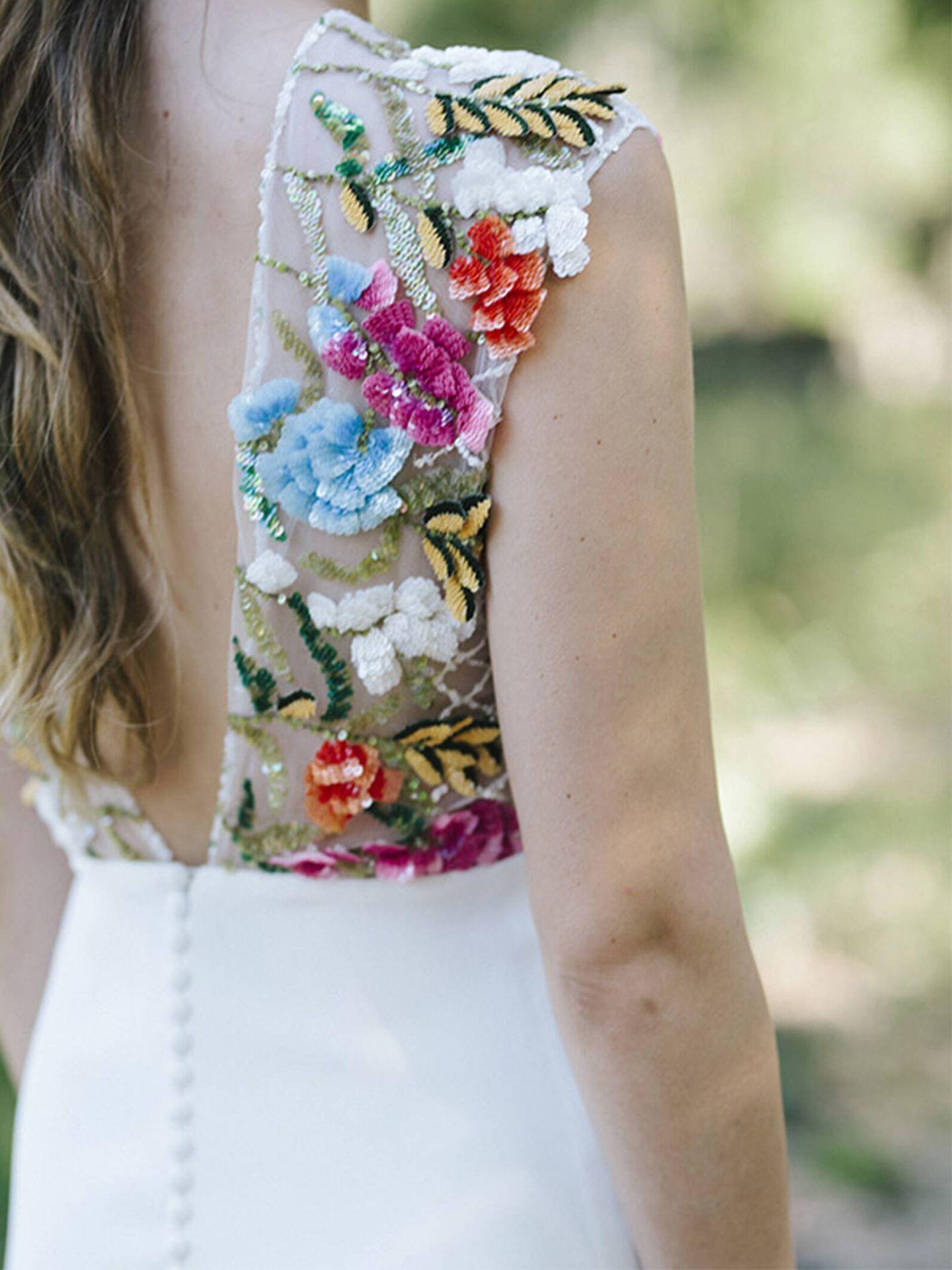 Vestido de novia con colorido detalle de bordados de Beba's. (Cortesía)