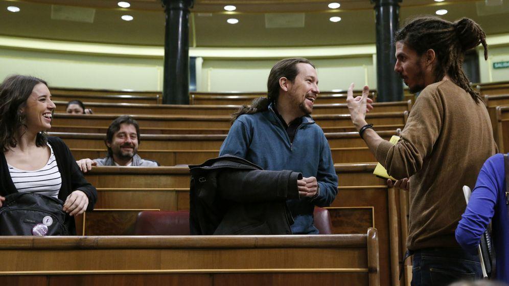 Foto: Irene Montero, Pablo Iglesias y Alberto Rodríguez, en el Congreso. (EFE)