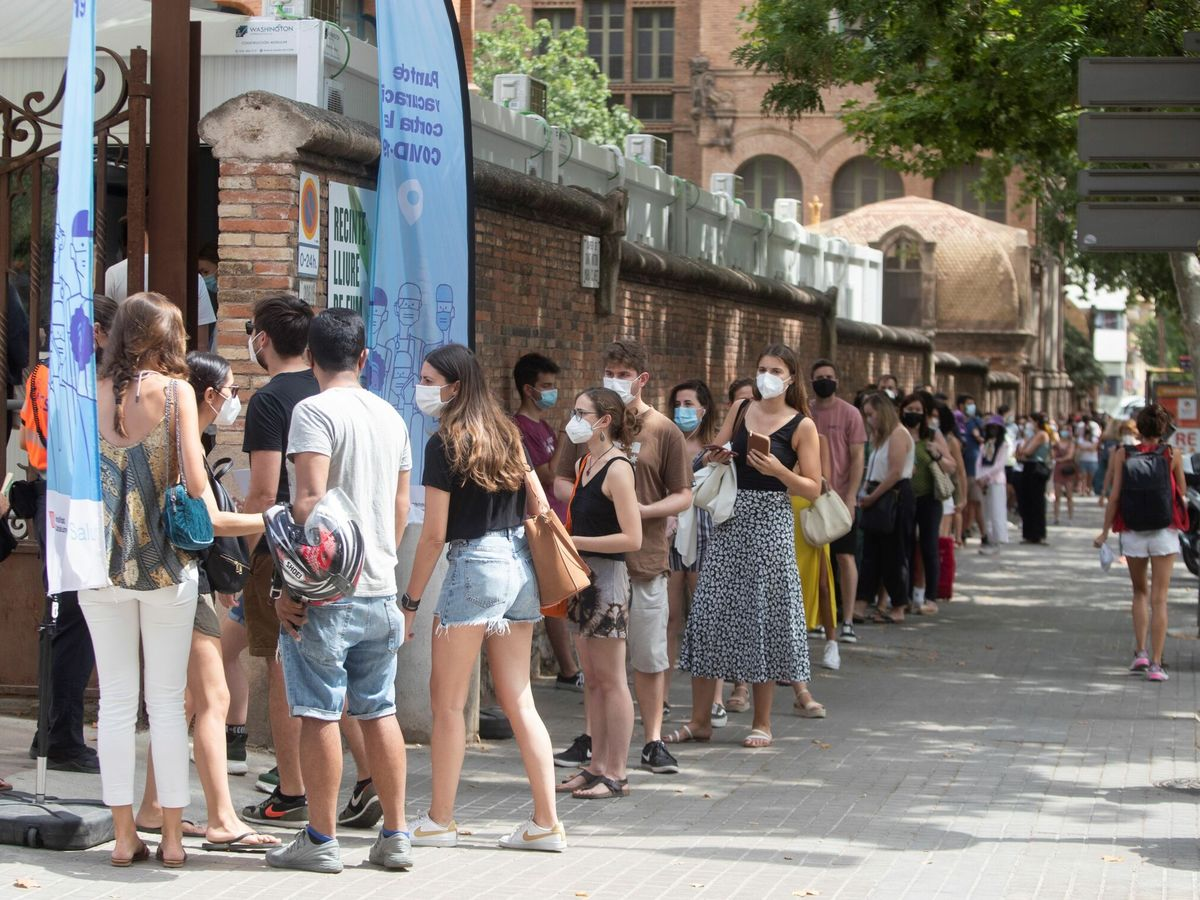 Foto: Centenares de personas hacen cola en el Hospital de Sant Pau de Barcelona para vacunarse. (EFE)