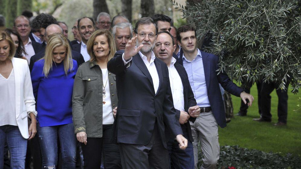 Foto: El presidente del Gobierno, Mariano Rajoy, junto a la cúpula del partido, los barones y su Gobierno en Toledo. (Efe)