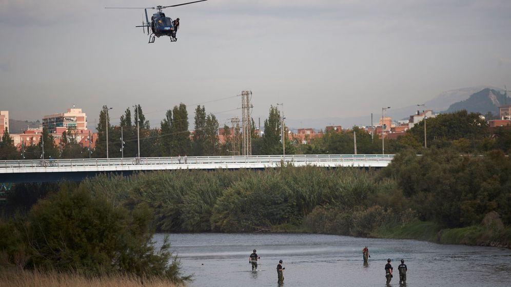 Foto: Agentes de los Mossos d'Escuadra y de los Bomberos trabajan en un dispositivo de búsqueda para localizar el cuerpo de un bebé que su padre habría lanzado al rio Besòs. (Efe)