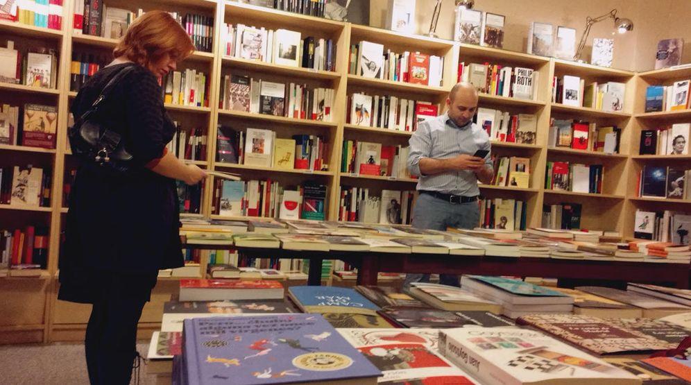 Foto: Dos lectores, en la librería Cervantes y compañía, de Madrid. (EC)