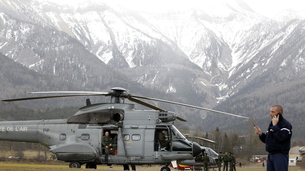 Foto: Miembros de las Fuerzas de Seguridad francesas se agrupan junto a un helicóptero del ejército galo cerca del lugar donde se estrelló un Airbus A320 (Efe)