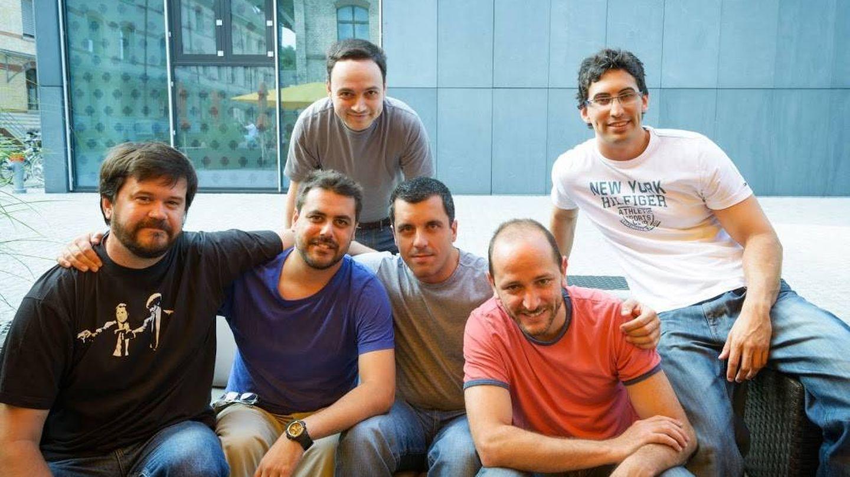 Bernardo Quintero, en el centro, junto al resto del equipo de Virus Total.