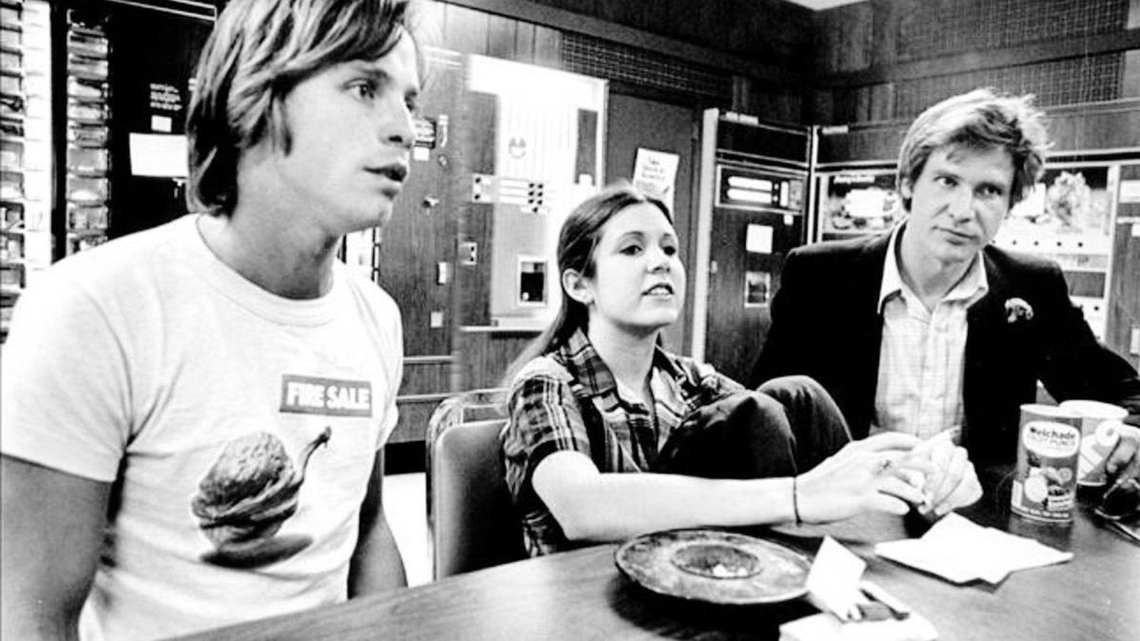 Foto: Mark Hamill, Carrie Fisher y Harrison Ford durante la primera gira de 'Star Wars'. (Ediciones B)