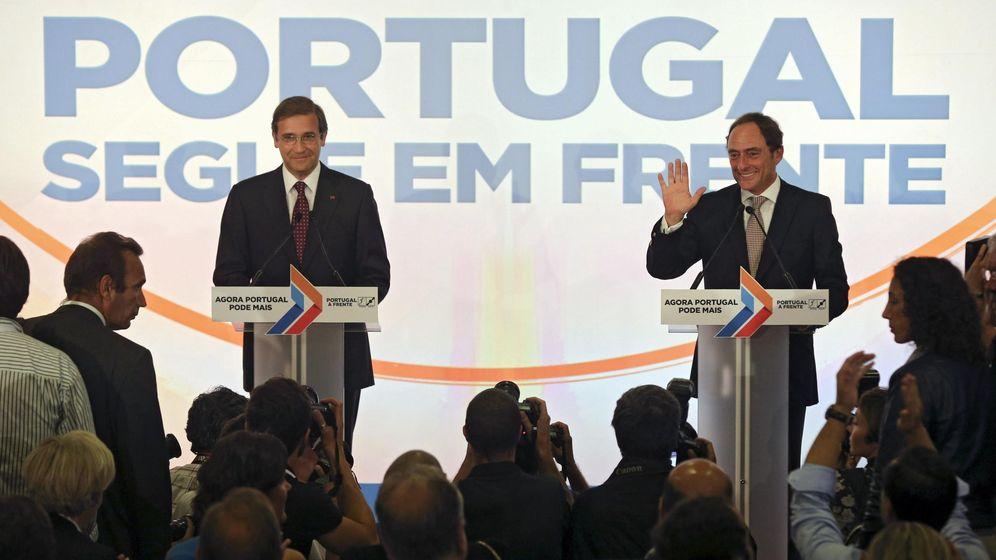 Foto: Passos Coelho celebra la victoria junto con el presidente del CDS, Paulo Portas. (EFE)