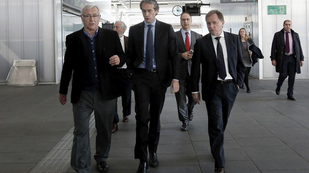 Foto: De la Serna (c), con el alcalde de Valencia Joan Ribó (i) y el delegado del Gobierno, Juan Carlos Moragues, en diciembre. (EFE)