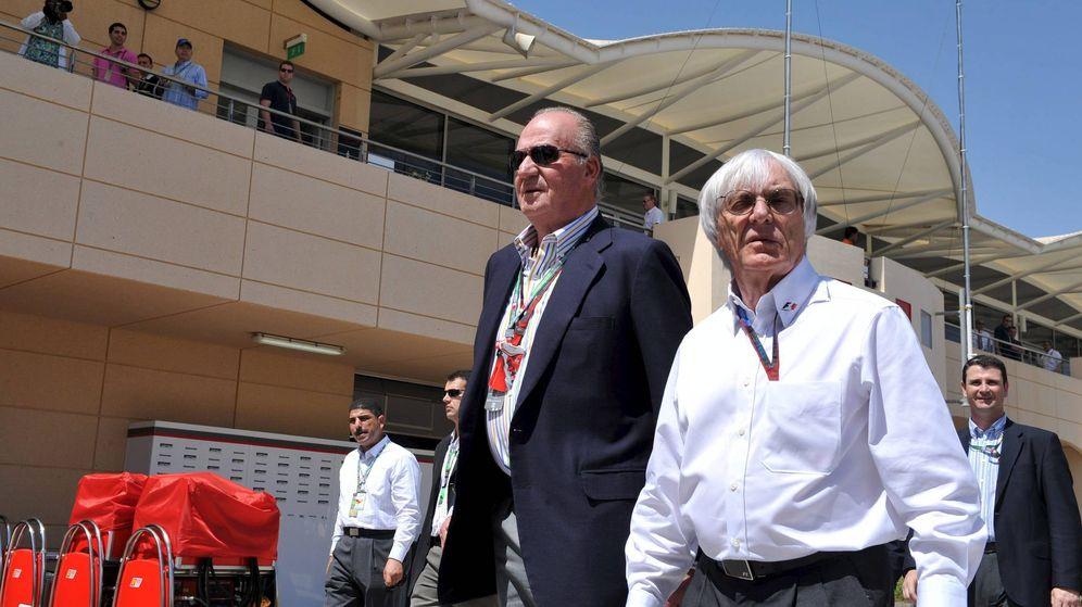 Foto: El rey Juan Carlos junto al patrón de la Fórmula 1, Bernie Ecclestone, en el Circuito de Bahréin, el 14 de marzo de 2010. (EFE)