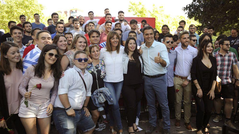Foto: Pedro Sánchez, con la candidata socialista a lendakari, Idoia Mendia, durante un acto de campaña en Vitoria. (EFE)
