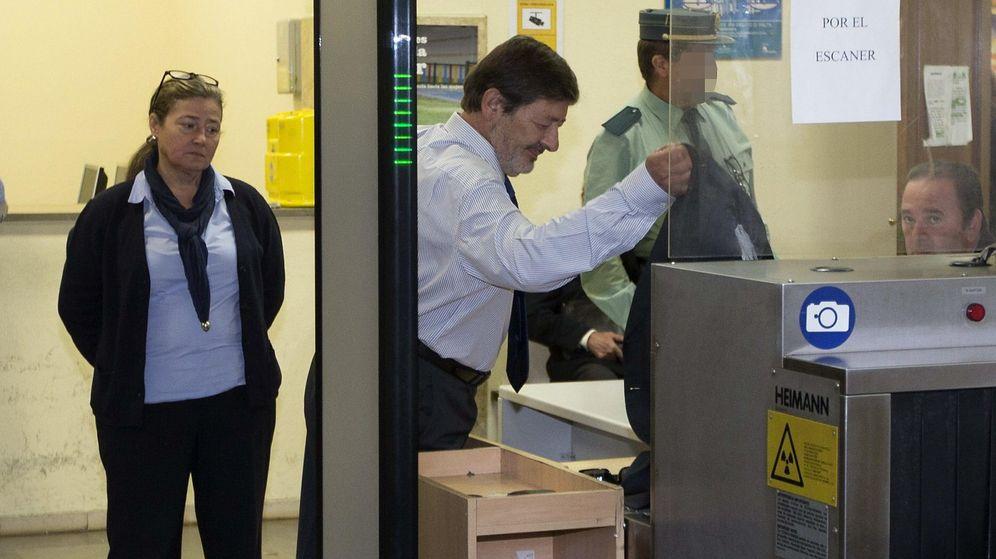Foto: El ex director general de Empleo de la Junta de Andalucía Francisco Javier Guerrero, a su llegada a los juzgados. (EFE)