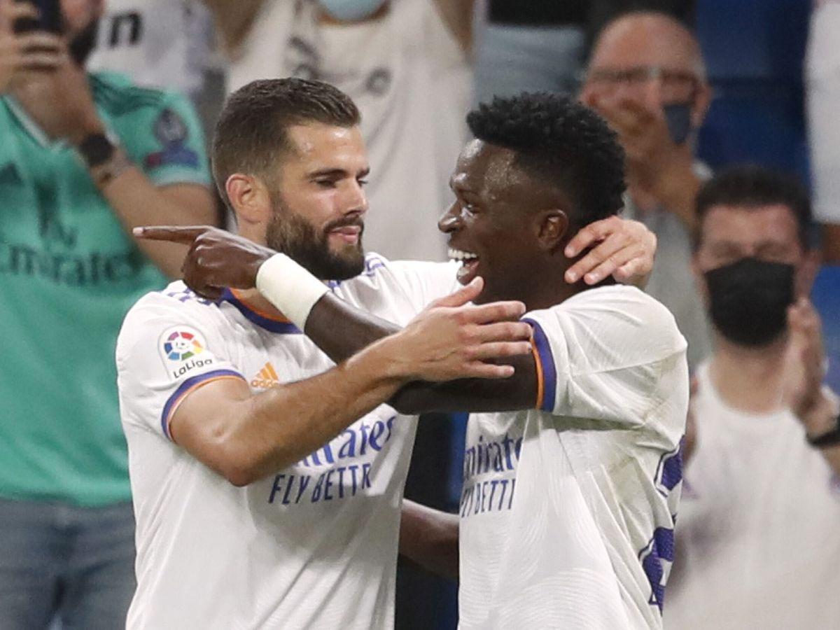 Foto: Nacho Fernández felicita a Vinícius Júnior en la celebración del 3-2. (Reuters)