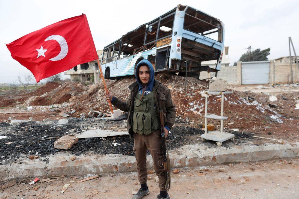 Foto: Un combatiente del Ejército Libre Sirio, apoyado por Turquía, ondea una bandera turca cerca de Azaz, Siria. (Reuters)
