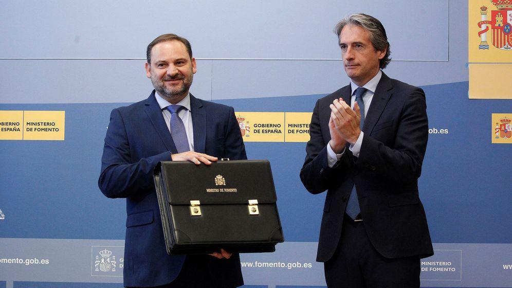 Foto: José Luis Ábalos y De la Serna, el día del traspaso de la cartera de Fomento. (EFE)