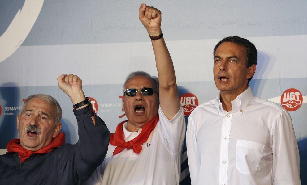 Foto: Rodríguez Zapatero (i), Alfonso Guerra (c) y el sindicalista José Ángel Fernández-Villa, cantan el himo socialista, La Internacional, durante una reunión en 2009. REUTERS / Eloy Alonso
