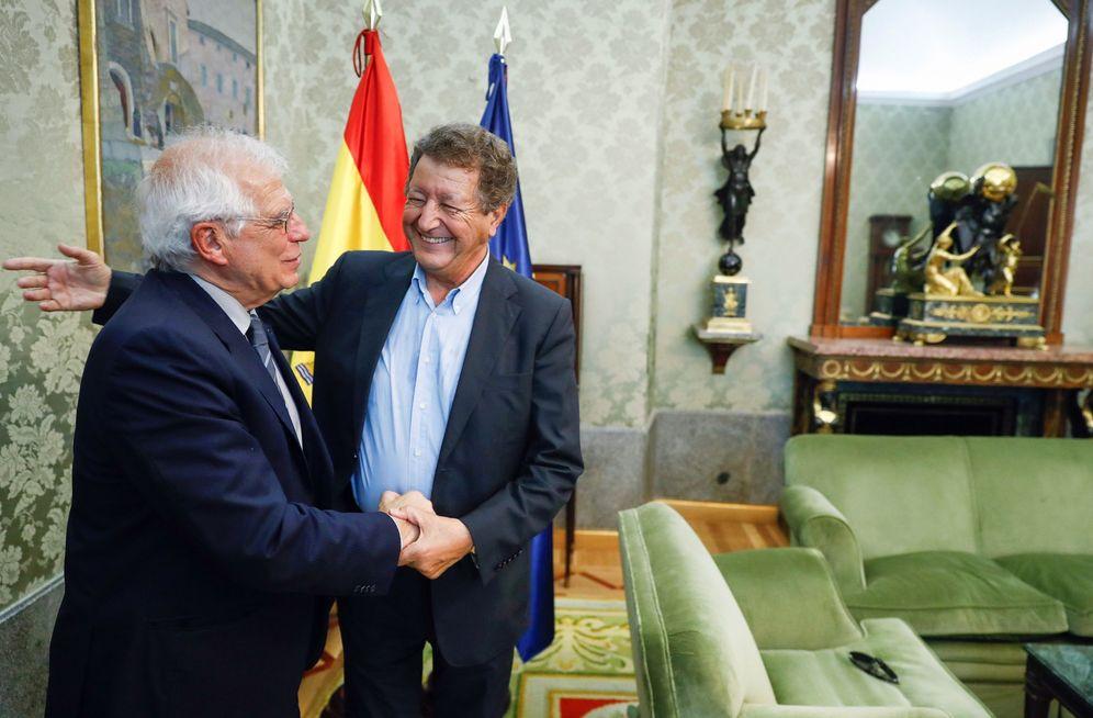 Foto: El ministro de Exteriores, Josep Borrell, con el politólogo francés Sami Naïr, el pasado 19 de septiembre. (EFE)
