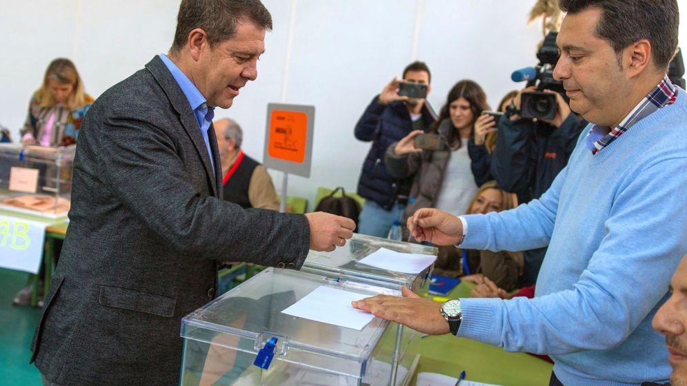 Foto: El presidente de Castilla-La Mancha, Emiliano García Page, vota en Toledo. (EFE)