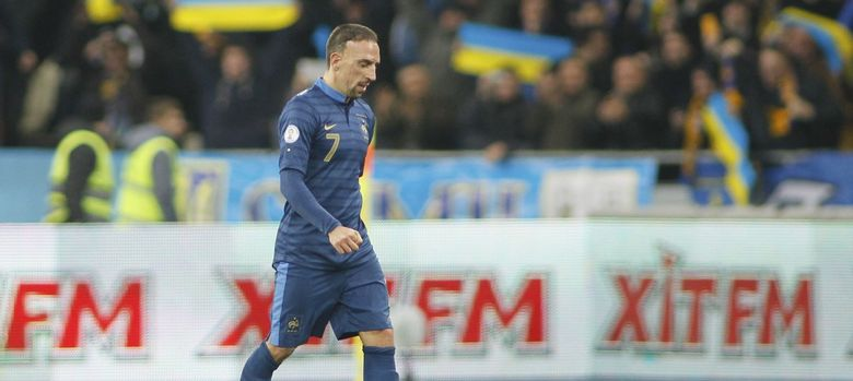 Foto: Ribéry abandona el estadio de Kiev cabizbajo (Efe).