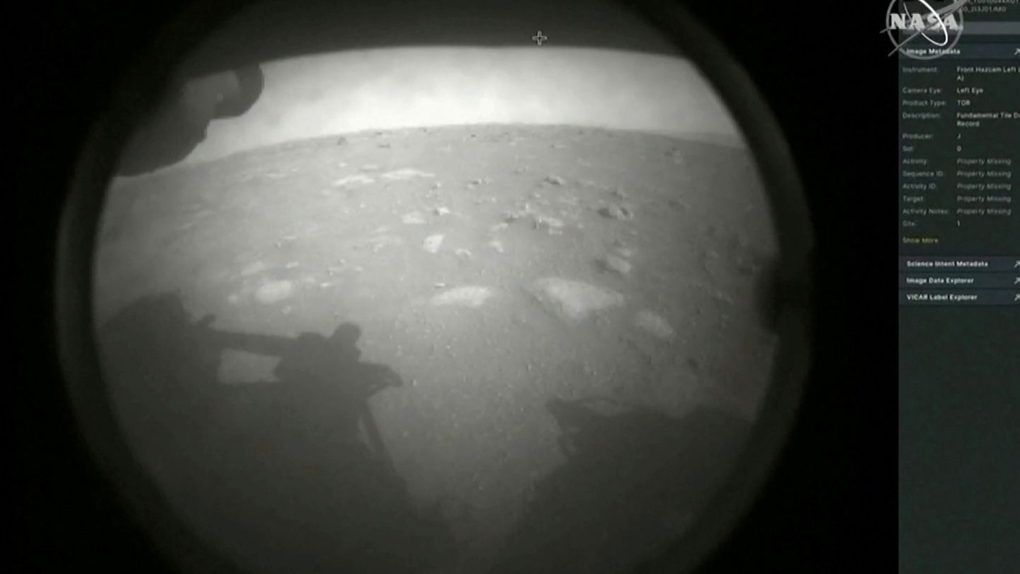 Primera instantánea de la superficie de Marte (NASA)