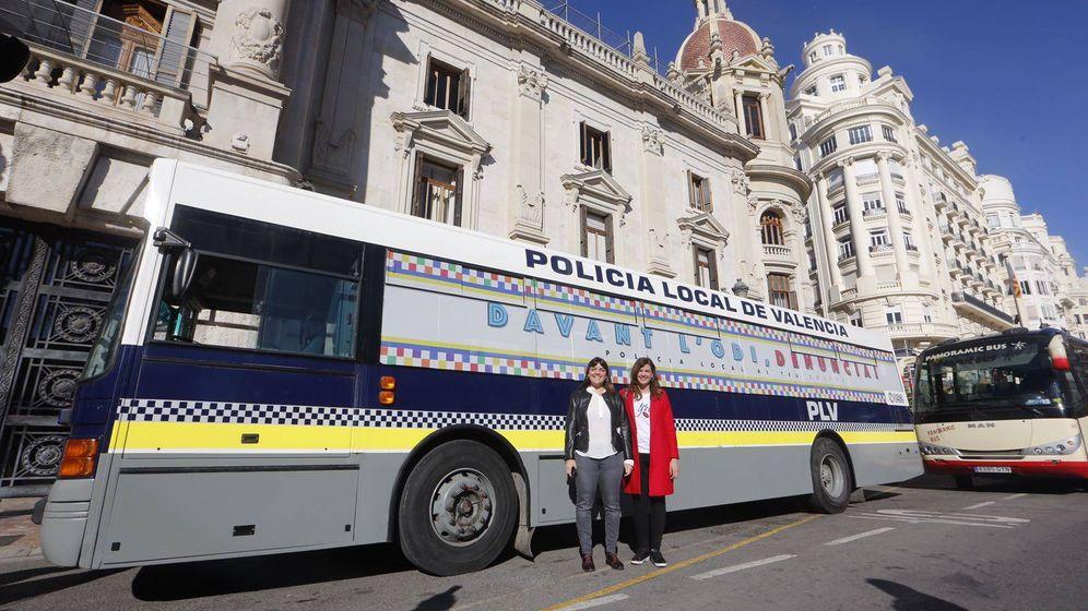 Foto: El autobús de la Policía Local de Valencia que recuerda que se pueden denunciar agresiones homófobas y transfóbicas.