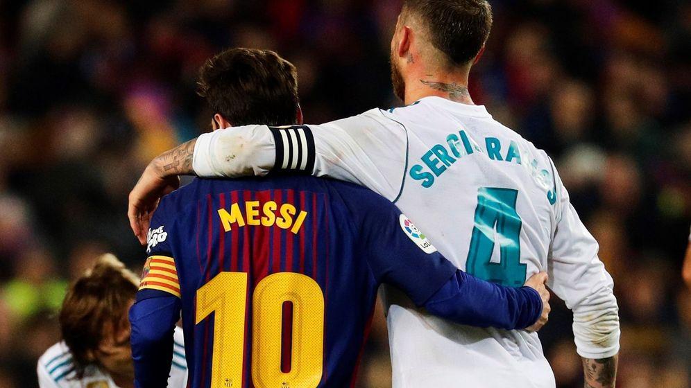 Foto: Sergio Ramos y Messi, al término de un partido de Liga en el Camp Nou. (EFE)