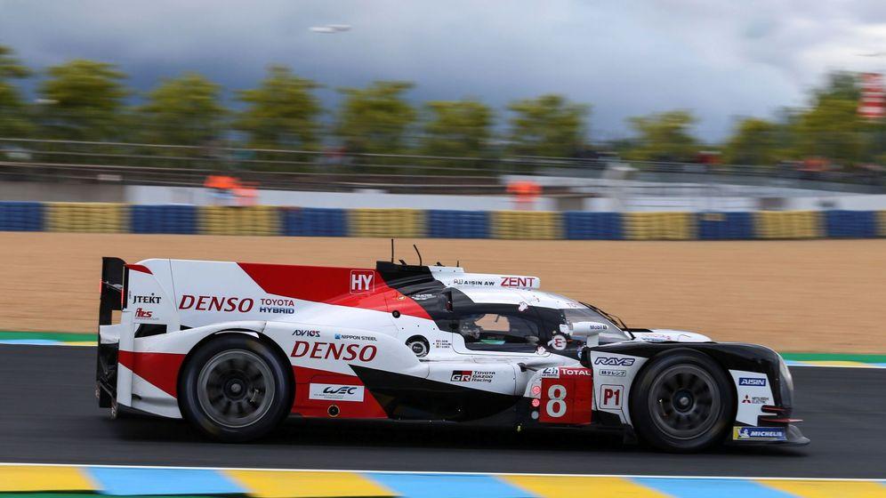 Foto: Fernando Alonso en acción con su Toyota en Le Mans. (EFE)