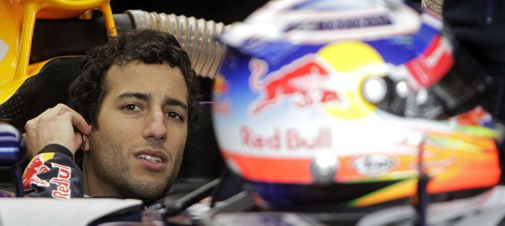 La forma en que Daniel Ricciardo le roba la cartera a  Vettel, y van ya...